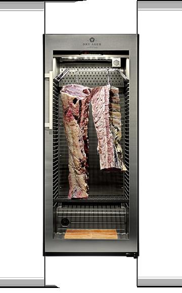 Dry Ager mit Dry Aged Beef Teilstücken auf den Rosten