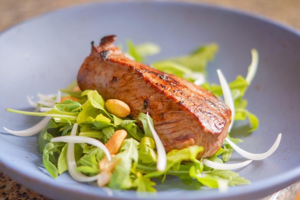 Dry-Aged-Roastbeef mit Rucola-Cashew-Salat