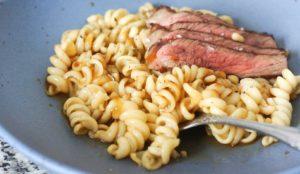 Asiatische Fusili mit Pinienkernen und Dry-Aged Beef