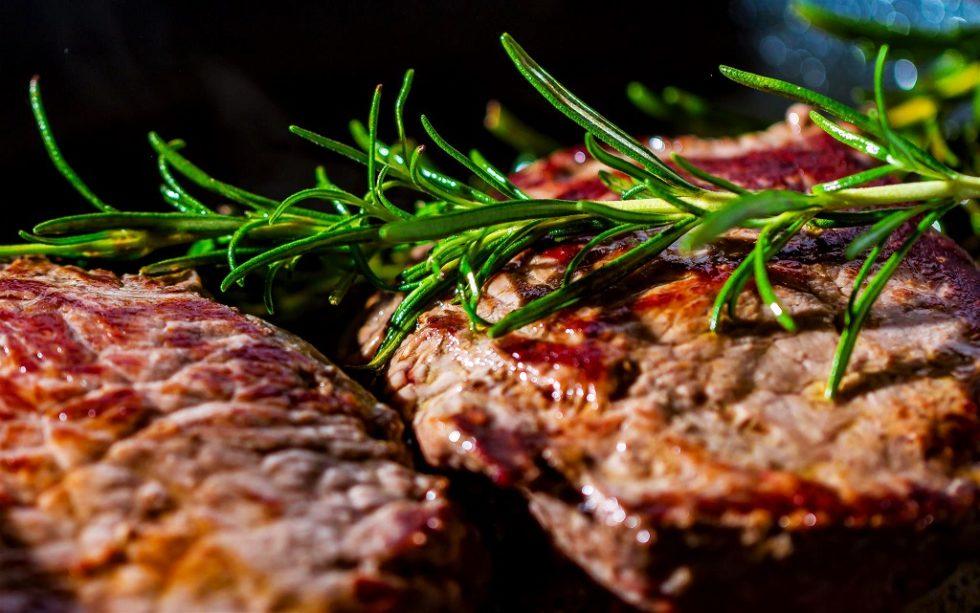 Dry-Aged Ribeye Steak mit Champignons und Camembert